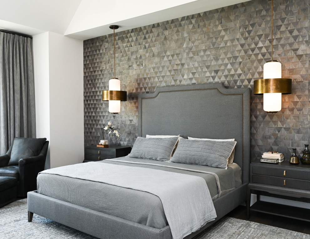 Imagen de dormitorio principal, urbano, de tamaño medio, con paredes grises, suelo de madera oscura, suelo marrón y papel pintado