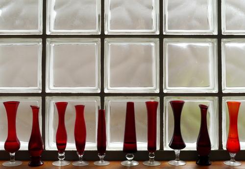 デザインが違う赤が美しい花瓶をおしゃれに並べて楽しみます。ただ置いているだけだけど、太陽の光にガラスが輝く赤が綺麗です。