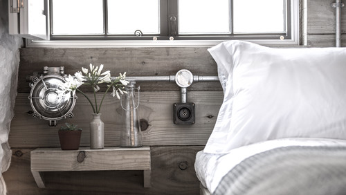 工場で使われていたような計器やパイプを使ったインテリア。ベッドルームなのに生活感がないスペースです。