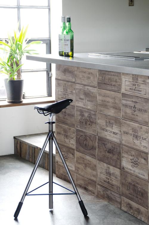ステンレスなど金属が多いキッチンは気軽に塩気インテリアを取り入れやすい場所。カウンター下に木箱のような壁紙を貼って。