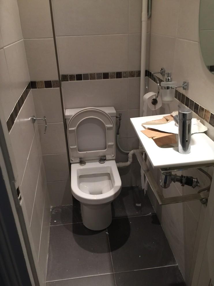 Réunir une salle de douche avec les toilettes