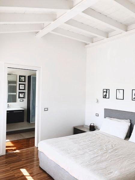 Esempio di una camera da letto design