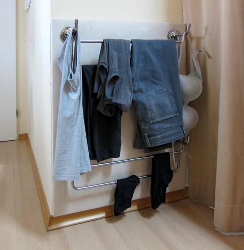 wohin mit der kleidung nach dem ausziehen stummer diener f r die wand. Black Bedroom Furniture Sets. Home Design Ideas