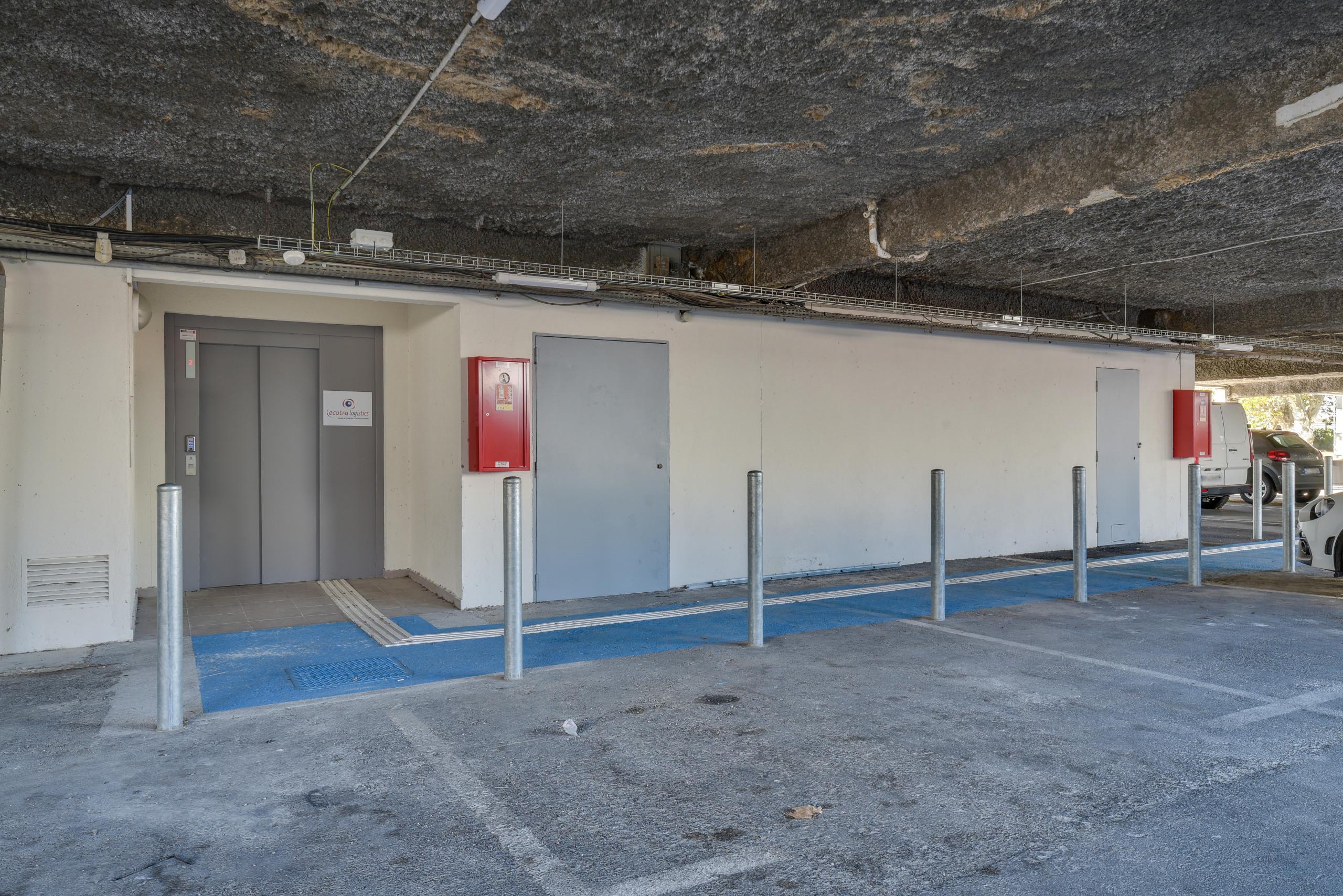 Embellissement d'une entrée d'immeuble de bureau avec création d un ascenseur