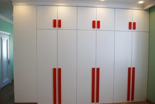 Встроенный шкаф с распашными дверями в детской.