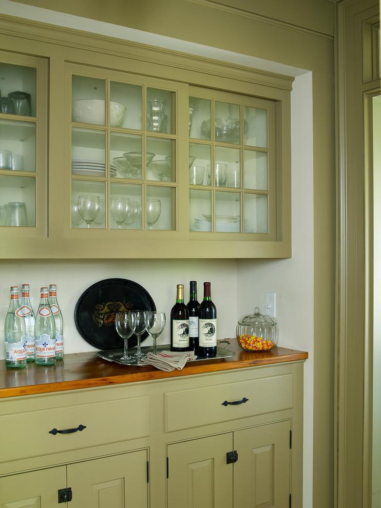 Home design - farmhouse home design idea in New York