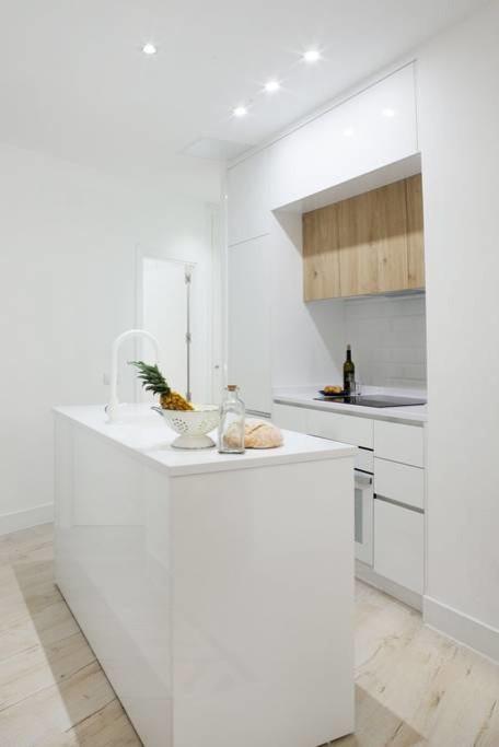 Isla pequeña y cocina abierta