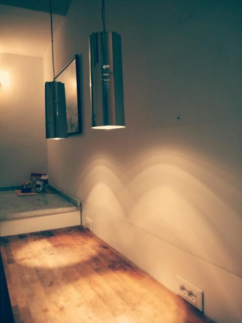 Immagine di una cucina design di medie dimensioni con lavello a vasca singola, ante a filo, ante bianche, top in marmo, paraspruzzi bianco, paraspruzzi con lastra di vetro, isola e top grigio