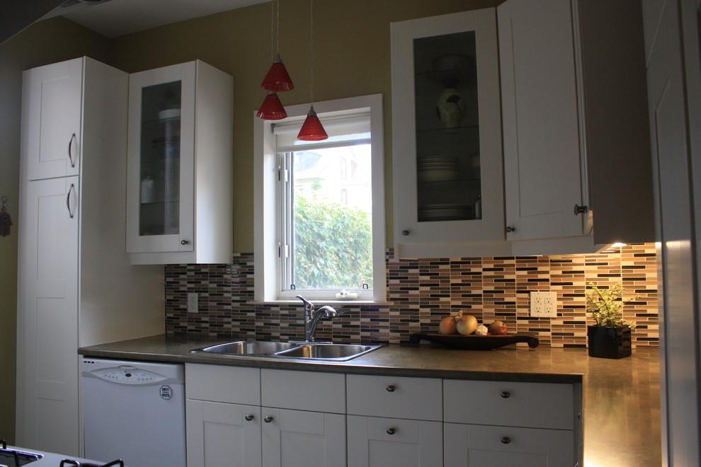 Small elegant home design photo in Toronto