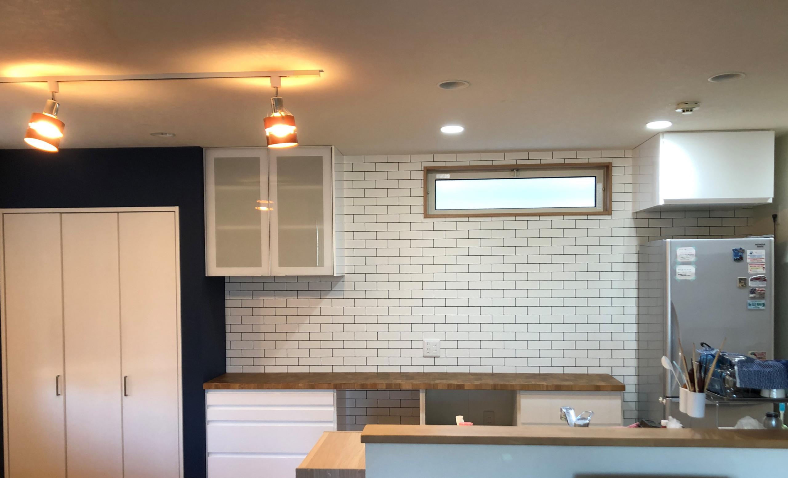 白を基調とした家具と木目のカウンタートップが美しいキッチン
