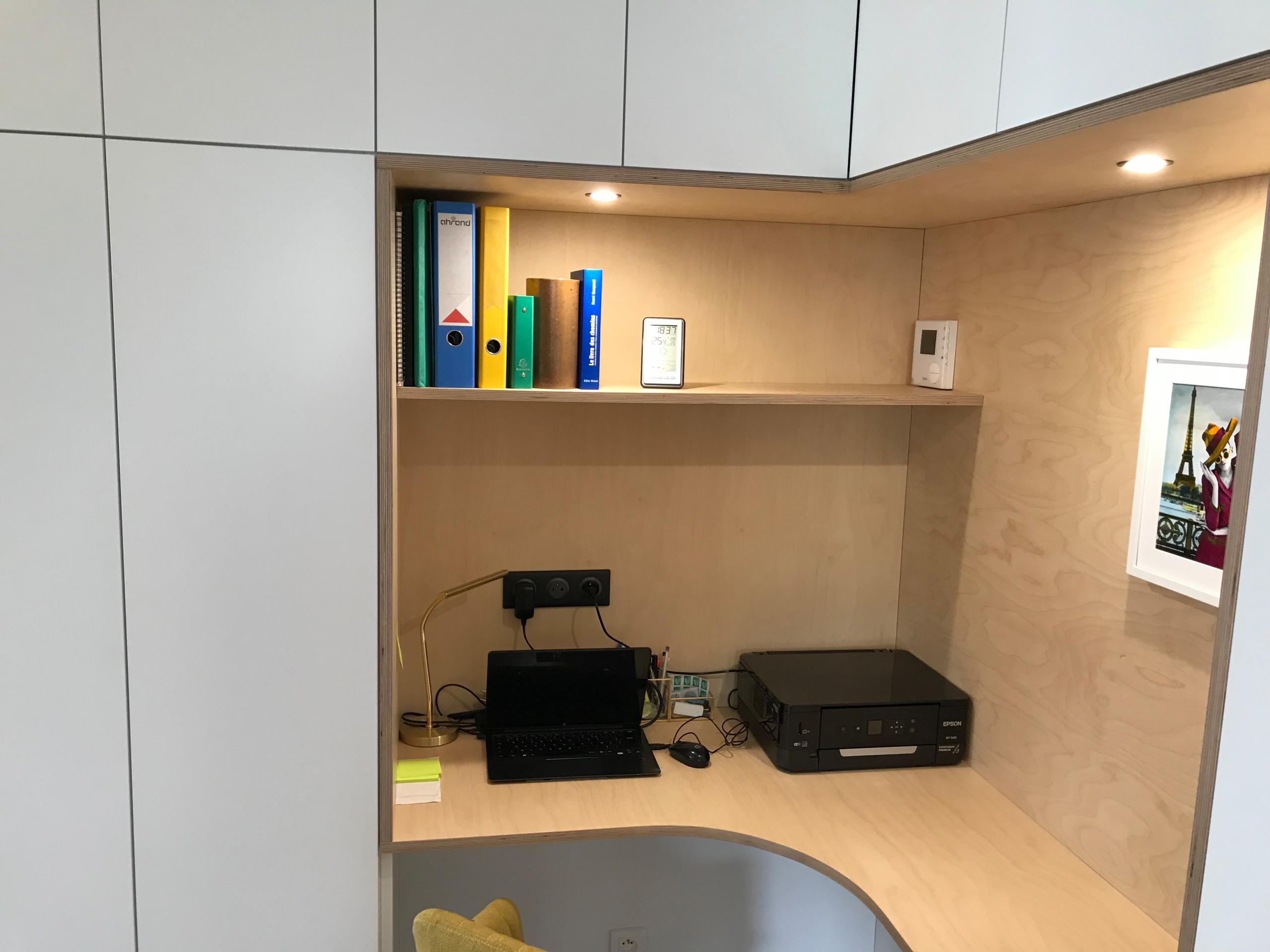 Menuiserie et agencement d'une salle de séjour avec coin bureau