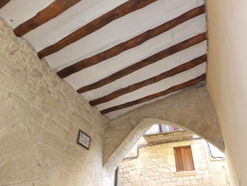 limpieza y barnizado de las bigas de maderareguntado tapado de grietas del techo y pintado