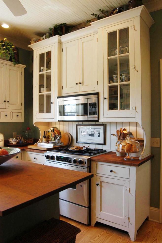 Elegant home design photo in Cincinnati