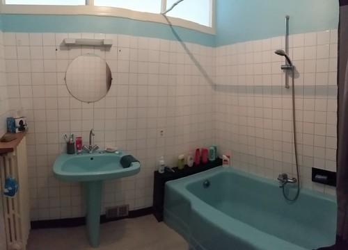 d 39 une salle de bain des ann es 60 39 une ambiance naturelle. Black Bedroom Furniture Sets. Home Design Ideas