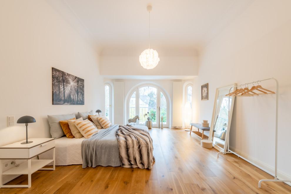 Modernes Schlafzimmer mit weißer Wandfarbe, braunem Holzboden und braunem Boden in Hamburg