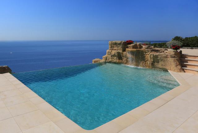 Piscines d bordement contemporain piscine grenoble for Piscine montelimar