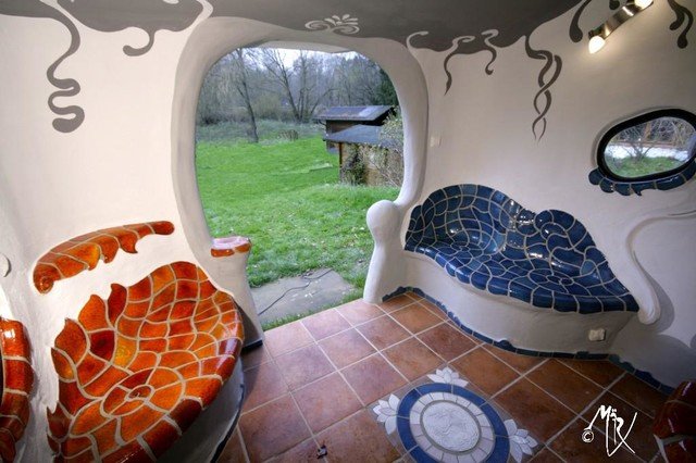 backofenhaus kunst am bau, angelehnt an gaudi und hundertwasser, Badezimmer gestaltung