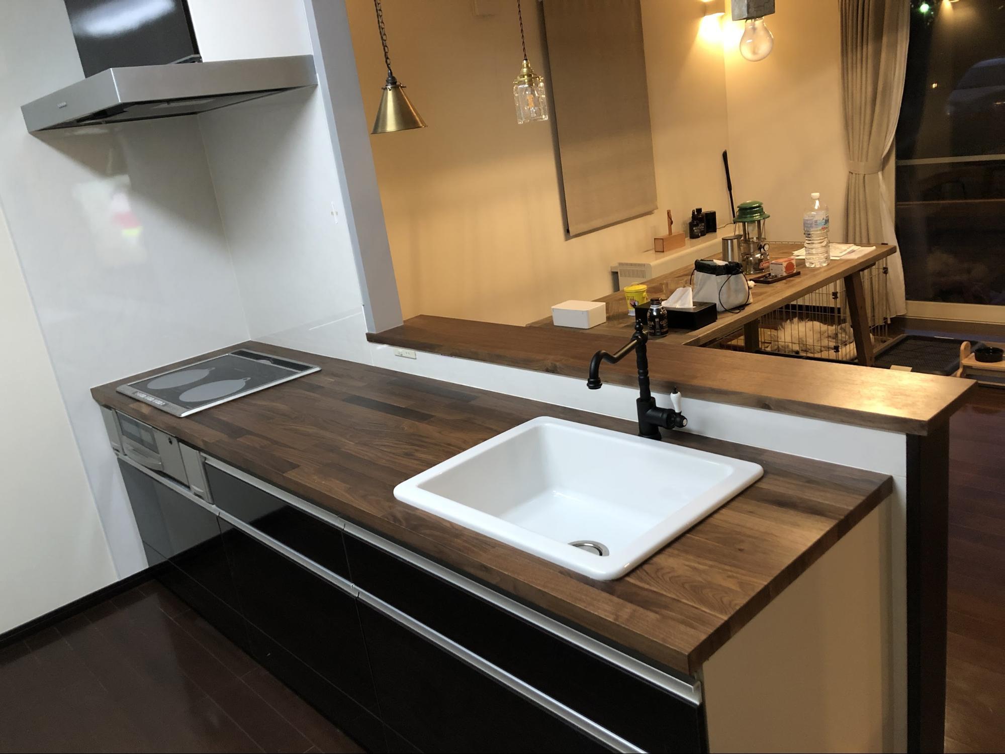 無垢材と突き板を組み合わせたイケアの木製ワークトップ。耐久性に優れているため、水回りでも安心してお使いいただけます。無垢材の豊かな表情が美しく、キッチンに立つだけでわくわくした気持ちになれます♪