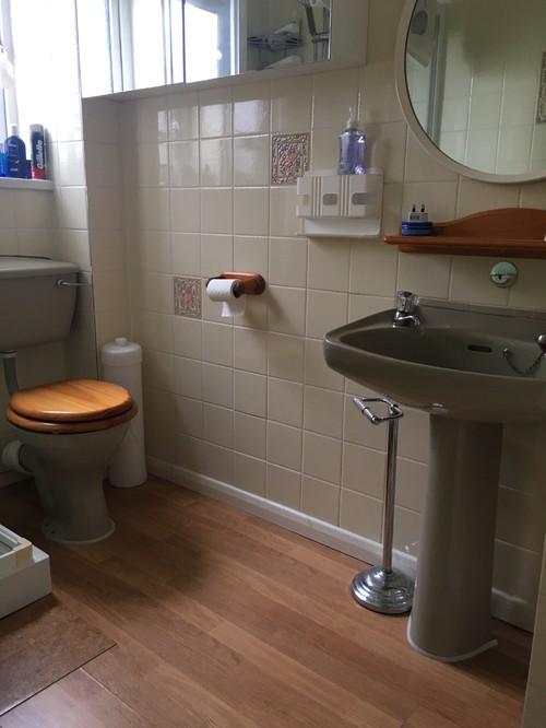 Avocado shower room hot or not for Avocado green bathroom ideas