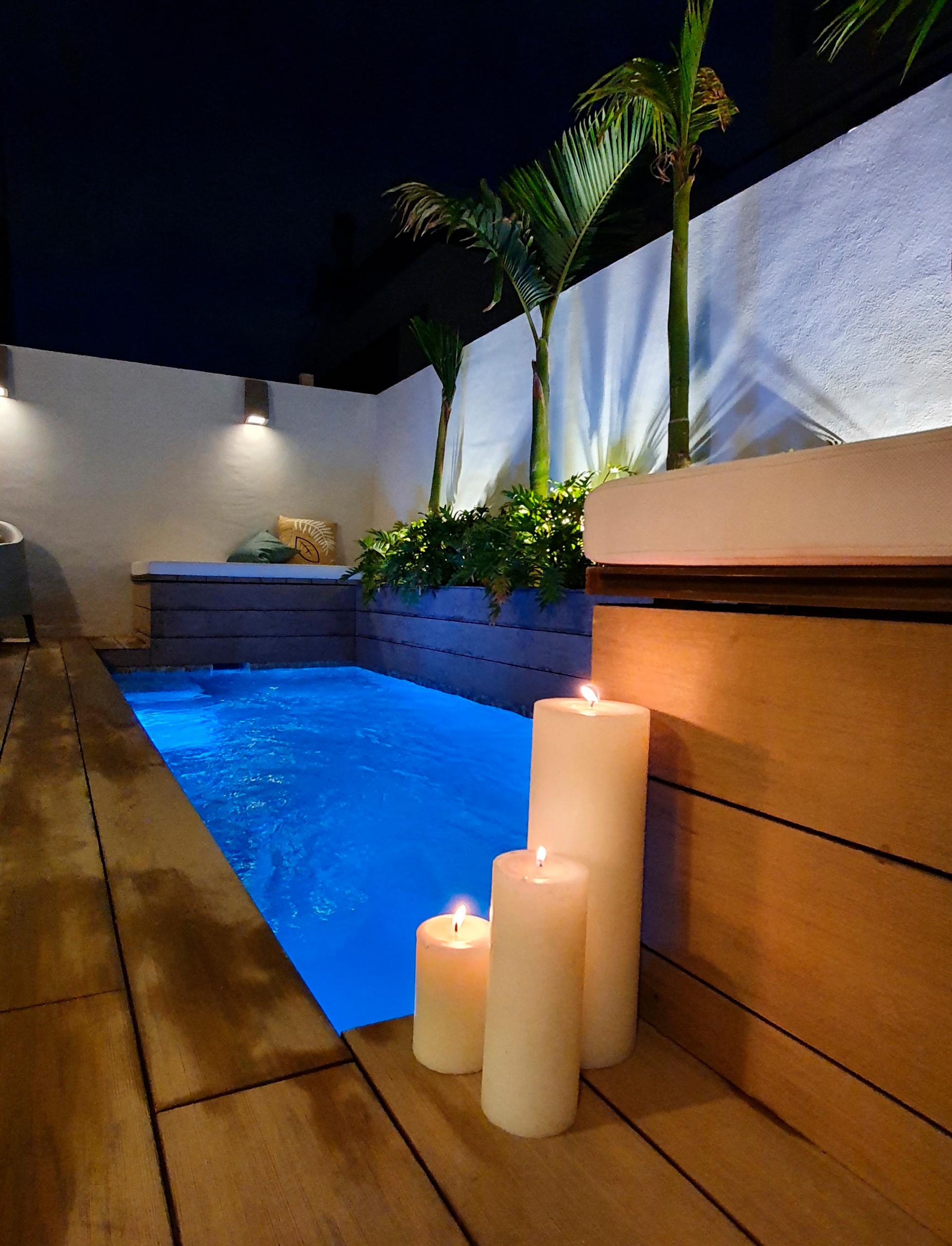 Vista de la piscina por la noche