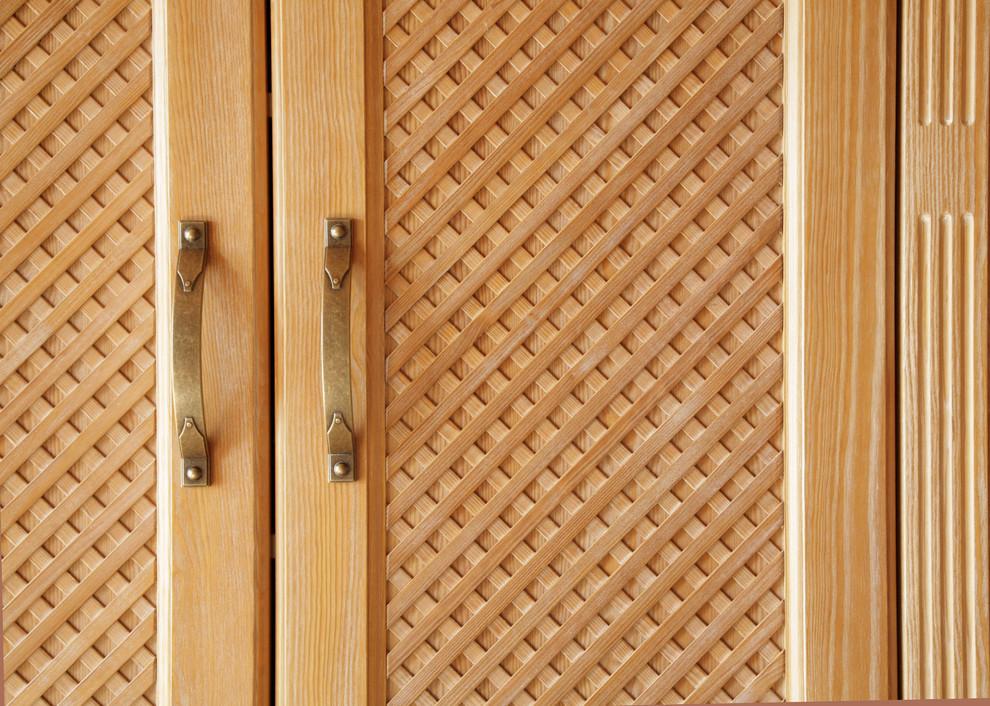 Dieser Einbauschrank besteht aus Kiefernholz und wurde komplett aus Massivholz, passend zum bestehenden Bett, angefertigt. Die Oberfläche gebeizt und anschließend gekalkt, außerdem ist der Schrank inn