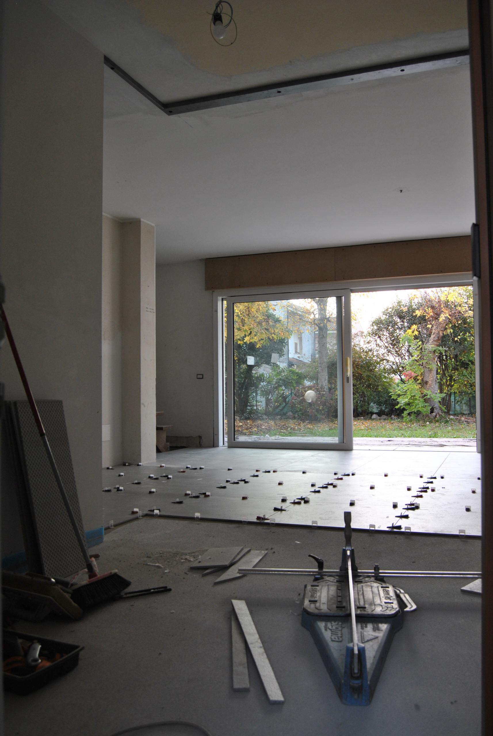 Vista dalla cucina verso il soggiorno ed il giardino_Fase di cantiere.