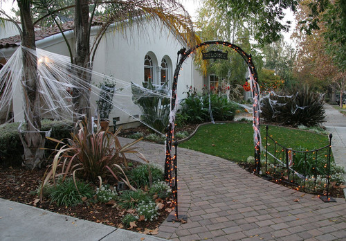 would love to see some pics - How To Decorate Your Yard For Halloween