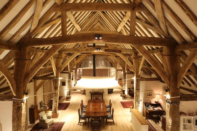 Consigli per illuminare una mansarda con travi di legno a vista