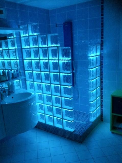 Cabine de douche en briques de verre avec un clairage par led for Montage carreaux de verre