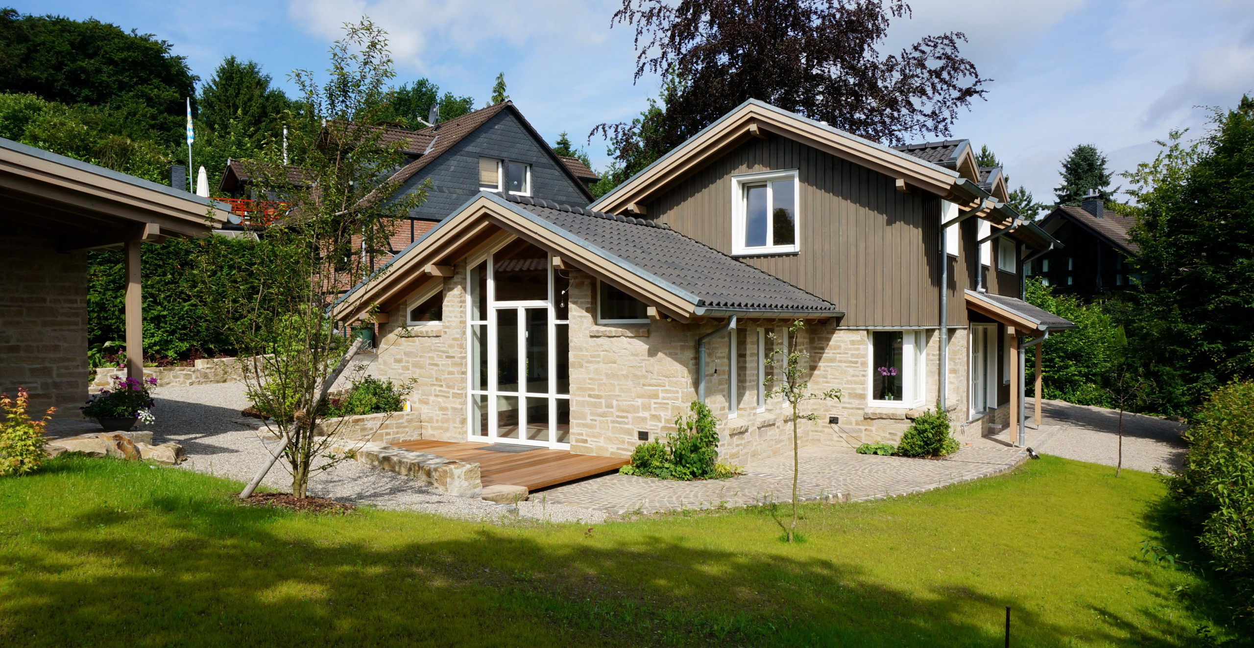 Rustikales Haus mit Mix-Fassade und Ziegeldach in Sonstige