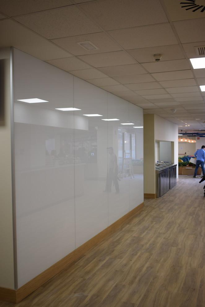 Revestimiento de vidrio rotulable y magnético en oficina