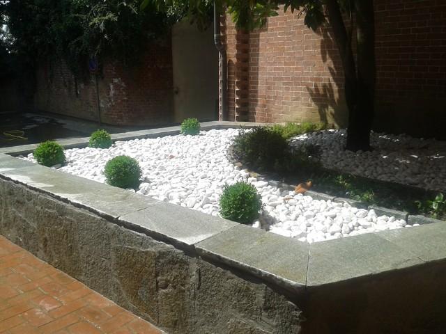 Cheap aiuola ingresso moderno with aiuole moderne for Giardini moderni con sassi