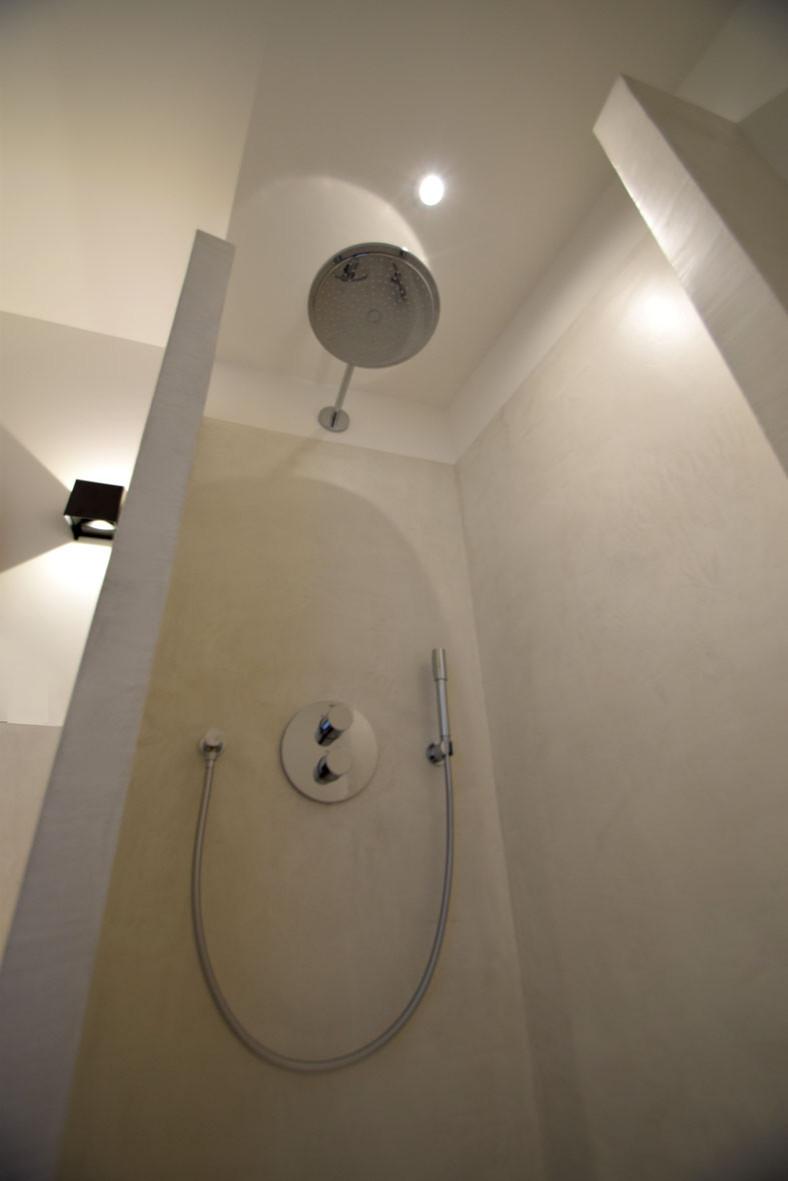 """Enduit décoratif lissé """"Glacier"""" sur les murs intérieurs de la douche"""