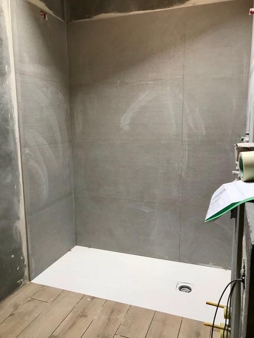 Bagno travi a vista e rivestimenti - Resina piastrelle bagno ...