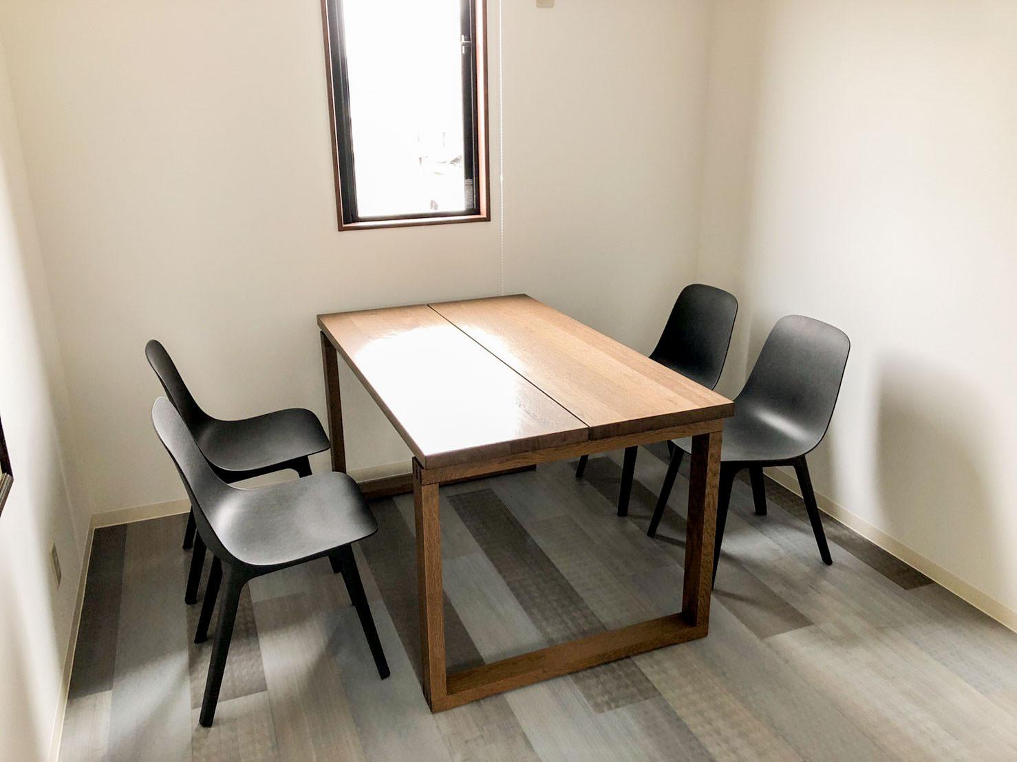 快適な座り心地を実現するイケア製の椅子&天然木のイケア製の机