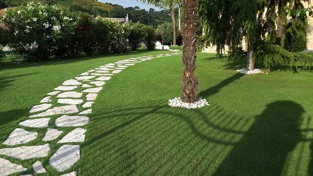 Giardino in erba sintetica villa con piscina in - Erba sintetica da giardino ...