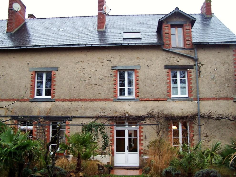 Maison de bourg et dépendances en enduit à pierres vues