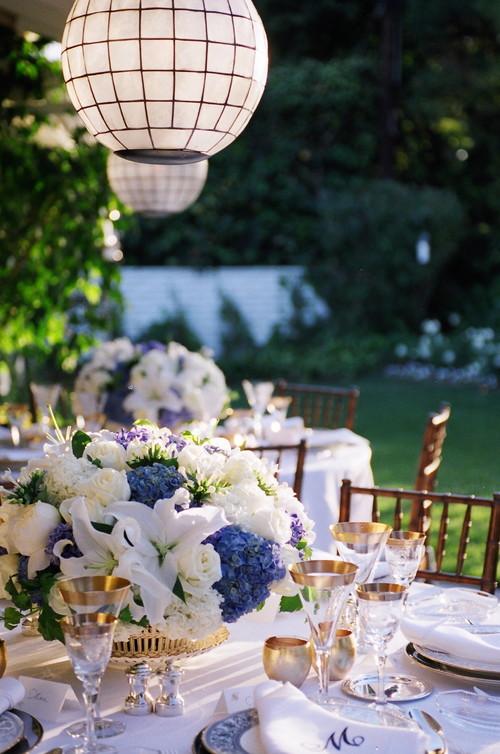 ボリュームのあるホワイトとブルーのお花がとても爽やかな印象に。ふちがゴールドのグラスや食器が豪華さをかもし出します。