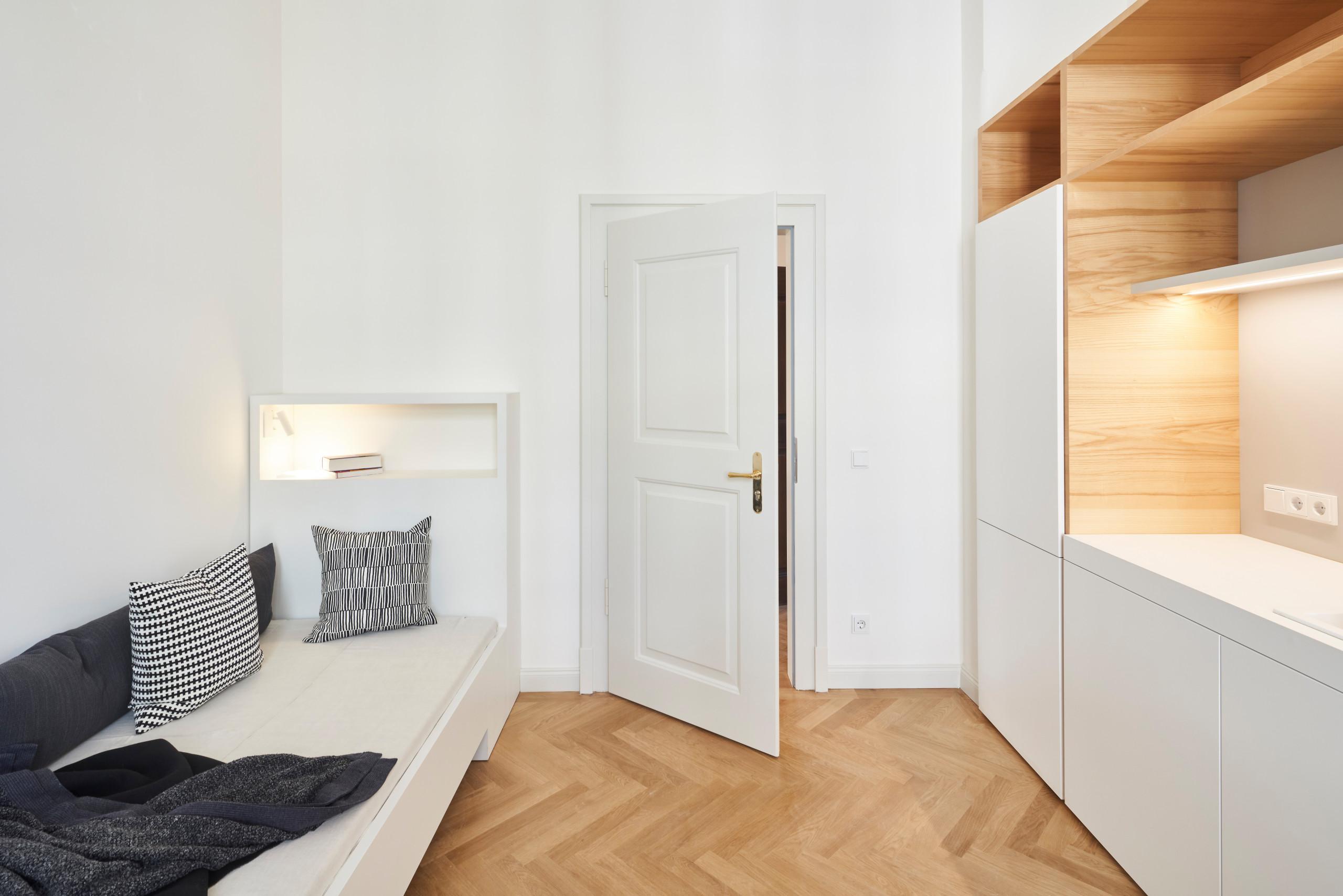 Einzelbett mit integrierter Beleuchtung und Ablagefach, Oberfläche HPL-Schichtstoff