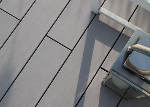 wpc terrassendielen auf einer dachterrasse eines modernen. Black Bedroom Furniture Sets. Home Design Ideas