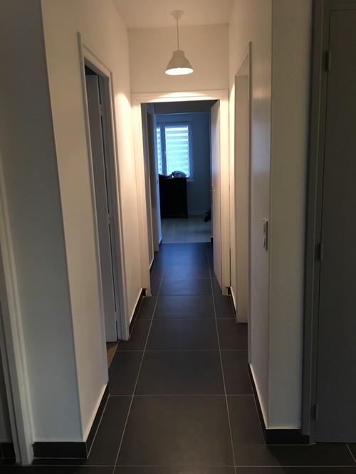 nous souhaitons peindre nos couloirs au sol gris fonc. Black Bedroom Furniture Sets. Home Design Ideas