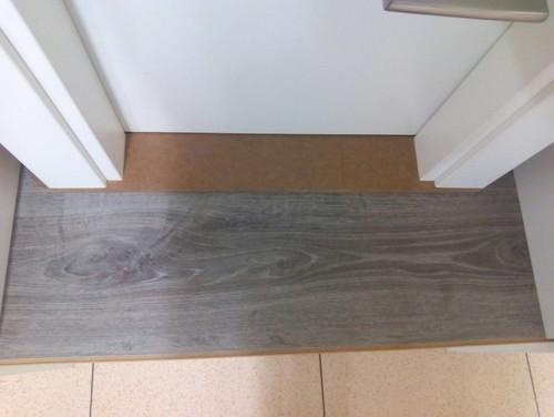Nos ayud is a elegir tarima for Suelo gris y puertas blancas