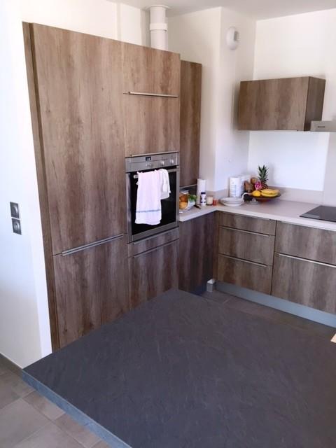 cuisine contemporaine bois brut de sciage fonc et beige clair contemporary