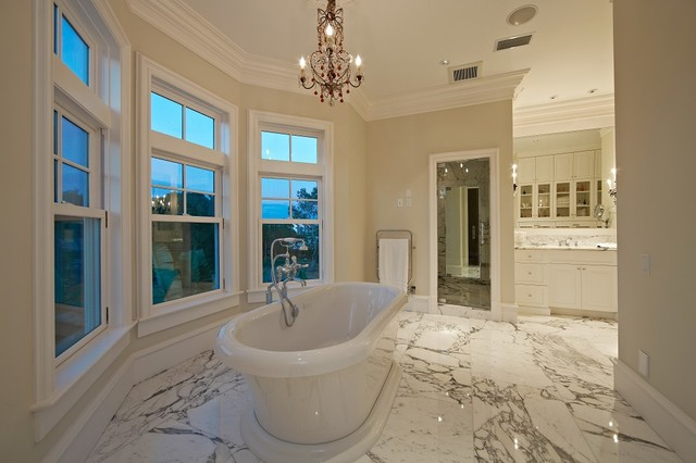 Coastal home design photo in Tampa