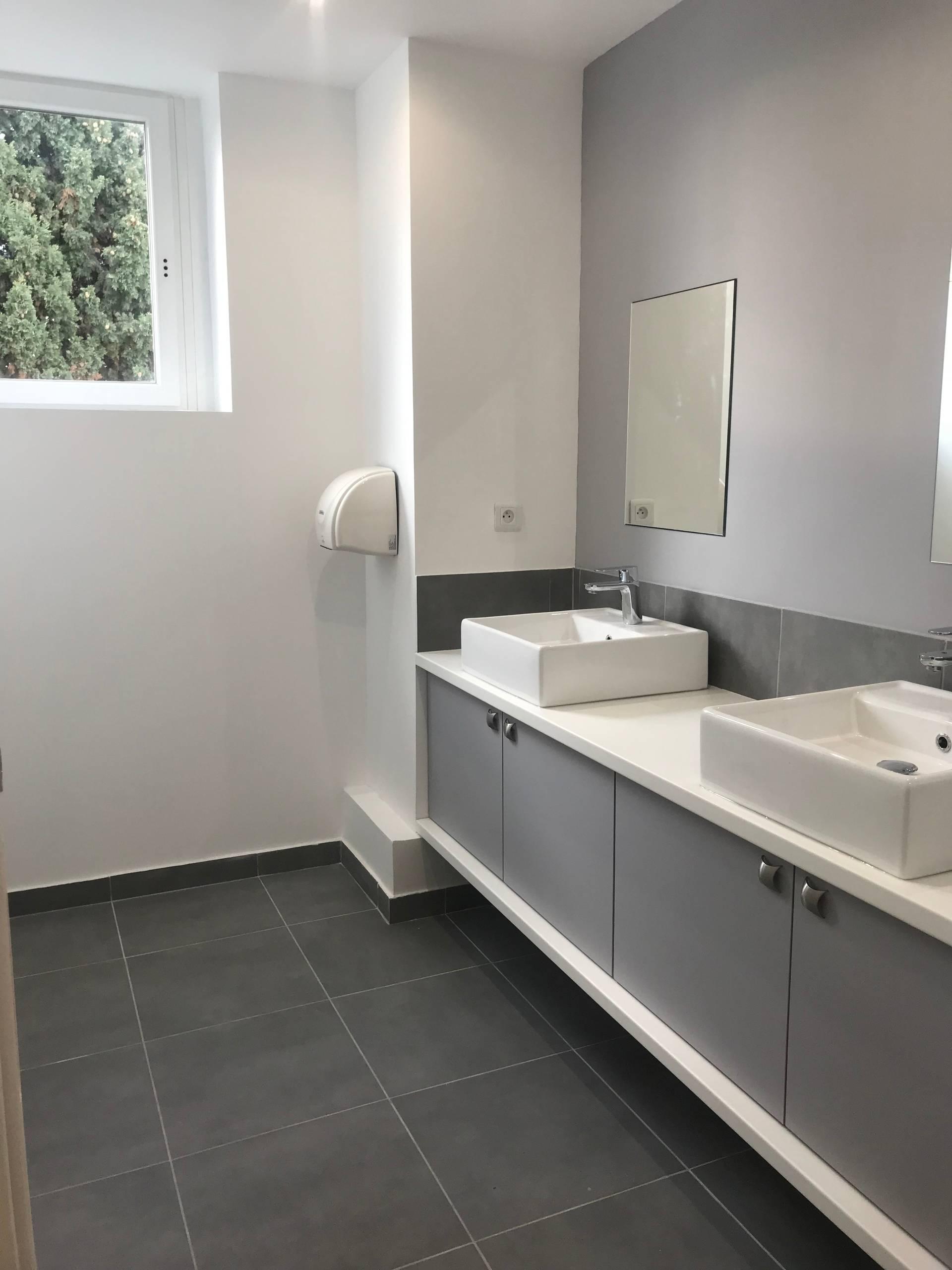 Rénovation de sanitaires avec mise aux normes PMR dans une immeuble de bureaux