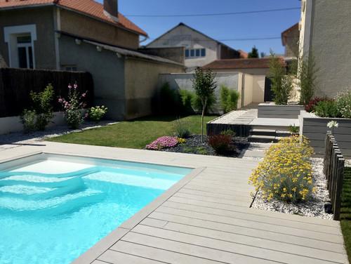 d couvrez l 39 am nagement de ce jardin avec terrasse en bois composite. Black Bedroom Furniture Sets. Home Design Ideas