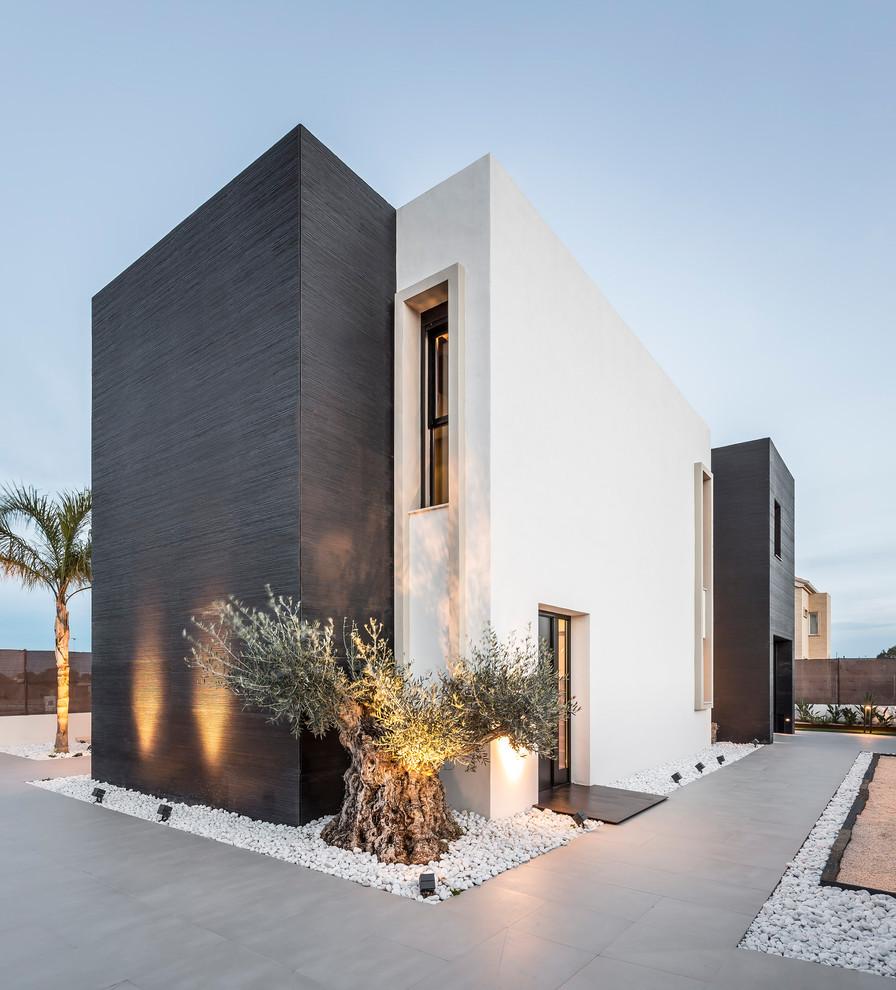 Ejemplo de fachada multicolor, minimalista, de dos plantas, con revestimientos combinados y tejado plano