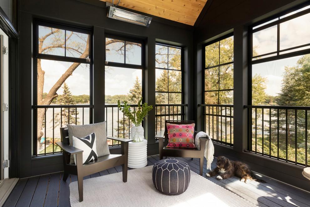 Diseño de porche cerrado marinero, de tamaño medio, en patio trasero, con barandilla de metal
