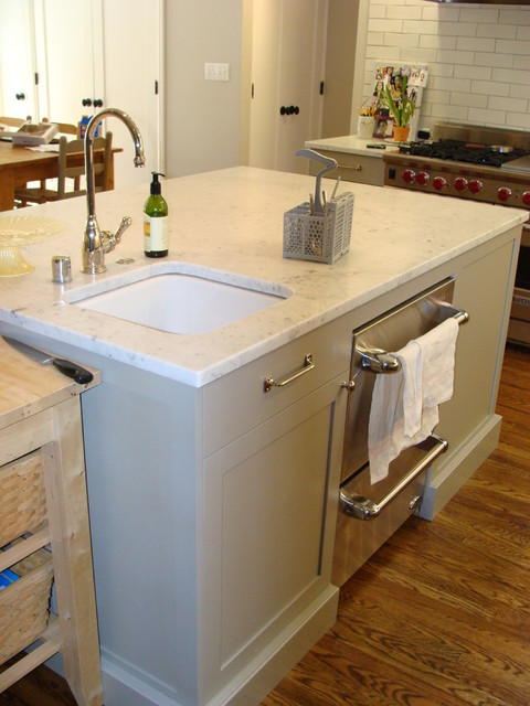 Extra sink and dishwasher drawers in the island - great for entertaining
