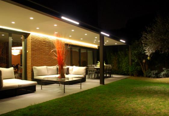 Iluminaci n exterior un porche junto al jard n moderno - Iluminacion de jardines modernos ...